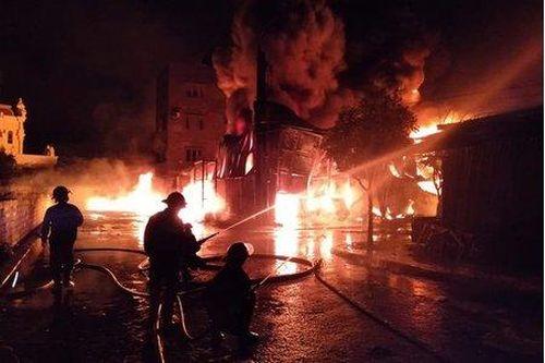Cháy lớn tại kho chứa lốp ô tô và dầu máy rộng 1.000m2