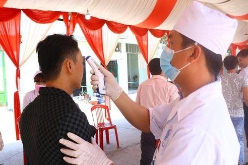 Đo thân nhiệt từng khách dự đám cưới cô dâu Việt, chú rể Hàn
