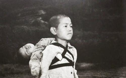 Bức ảnh cậu bé cõng em đã chết trên lưng và khoảnh khắc khiến nhiếp ảnh gia bị ám ảnh cả đời