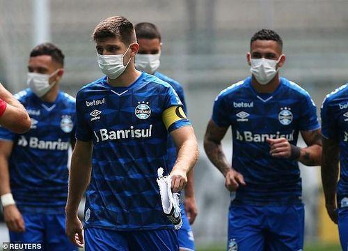 Bị ép thi đấu giữa dịch Covid-19, CLB Brazil đeo khẩu trang ra sân