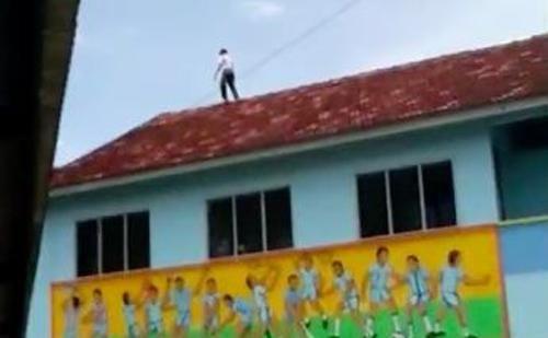 Tỏ tình thất bại, cậu bé 13 tuổi trèo lên nóc nhà đòi tự tử nhưng điều này mới khiến mọi người sững sờ