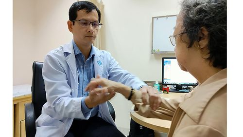 Người già, bệnh mãn tính càng cẩn trọng với Covid-19