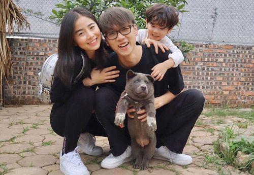 Gia đình Ba Duy chụp ảnh cùng chú chó tên Dúi nổi tiếng mạng xã hội