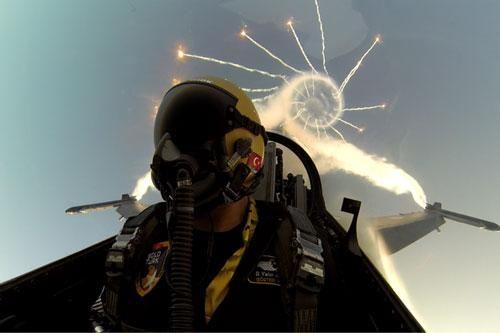 Tiêm kích F-16 của không quân Pakistan lao xuống đất vỡ vụn