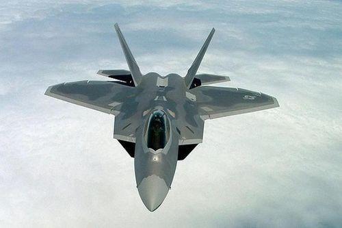 Video cận cảnh siêu chiến đấu cơ F-22 Raptor nhào lộn trên không