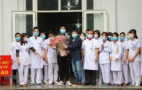 Bệnh nhân thứ 18 xuất viện: Niềm vui của những 'chiến sỹ' tuyến đầu