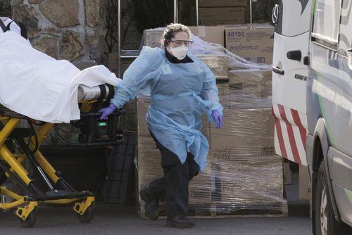Mỹ thiếu khẩu trang trầm trọng, nhân viên y tế phải tái sử dụng