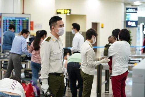 Hành khách Việt nhập cảnh sân bay Nội Bài giảm mạnh
