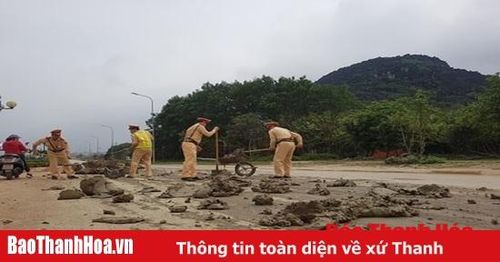 Cảnh sát giao thông TP Thanh Hóa dọn sạch bùn đất do xe tải làm rơi vãi
