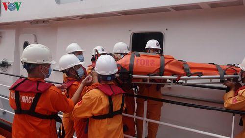 Tàu SAR 412 cứu thuyền viên bị nạn trên vùng biển Hoàng Sa