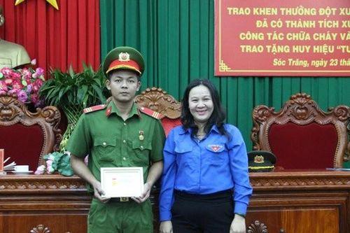 Cứu người kẹt trong sà lan, thượng sĩ công an nhận Huy hiệu Tuổi trẻ dũng cảm