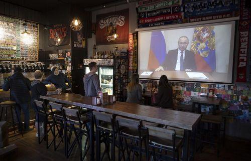 Lần đầu tiên hỗ trợ người dân 'bằng tiền của người giàu', Tổng thống Putin được hưởng ứng tích cực