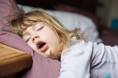 Trẻ nhỏ ngủ ngáy thường xuyên là dấu hiệu không tốt