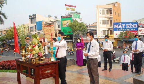 Dâng hương, đặt vòng hoa tại Tượng đài Mẹ Nhu