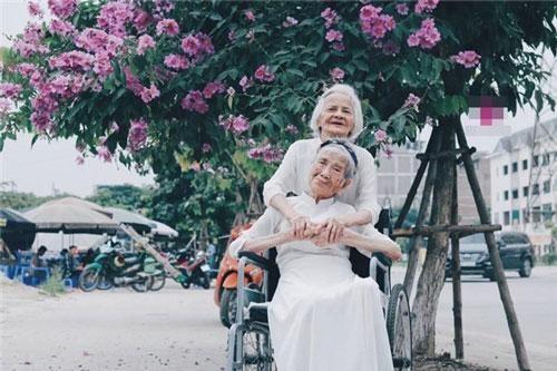 Cặp bạn già 100 tuổi bỗng 'hóa đôi mươi' khi chụp ảnh cạnh hoa bằng lăng, biểu cảm của họ đặc biệt gây chú ý