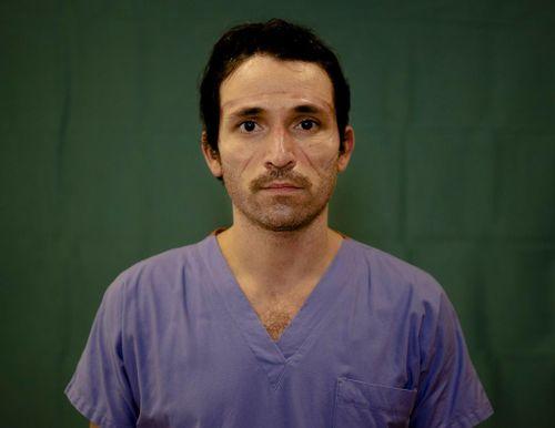 Dấu vết cuộc chiến chống virus hằn sâu trên gương mặt bác sĩ Italy