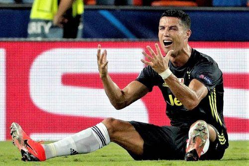 Ronaldo không phục khi phải mua quà tặng toàn đội Juventus