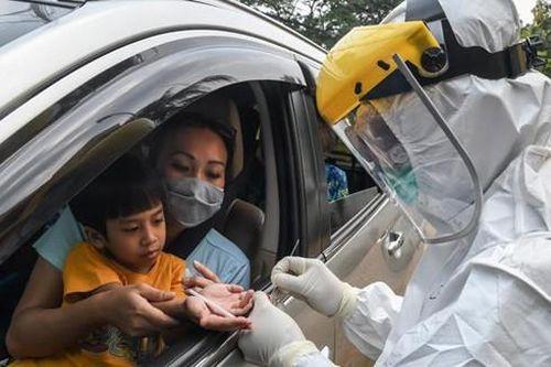 Nhân viên y tế ở Indonesia có nơi phải dùng luân phiên bộ đồ bảo hộ