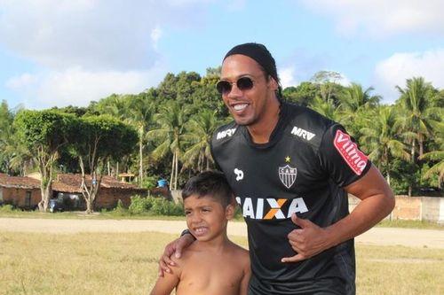 Bản sao Ronaldinho kiếm bộn tiền vì thần tượng ngồi tù