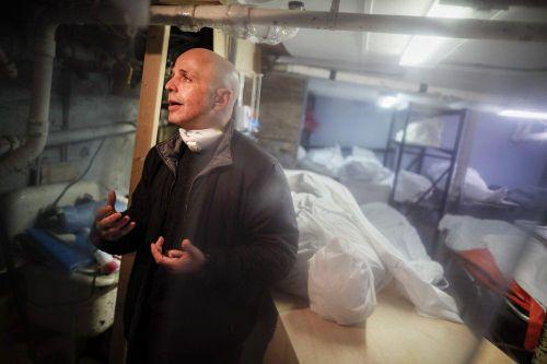'Siêu thực' - đau thương bên trong nhà tang lễ quá tải ở New York
