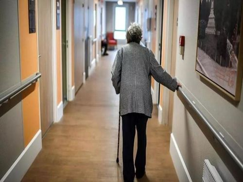 COVID-19: 1/3 trong 6.507 người chết là từ các viện dưỡng lão