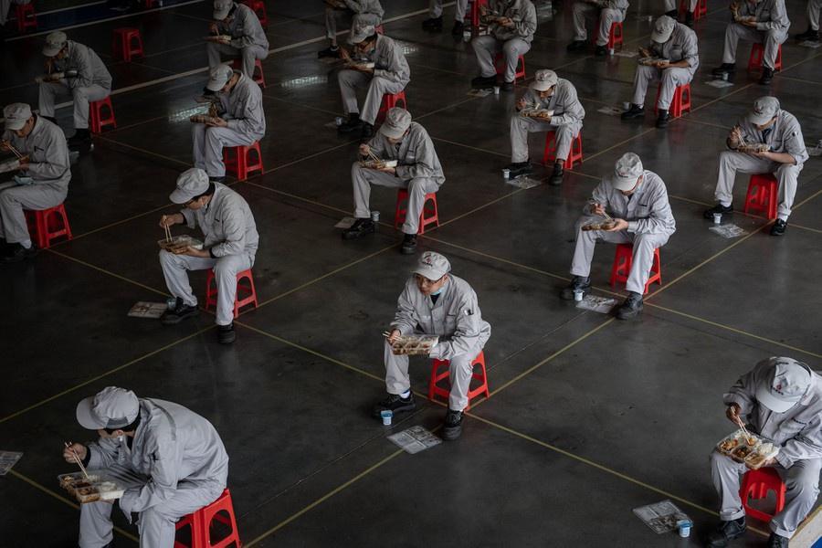 Quang cảnh 'giãn cách xã hội' trên toàn cầu