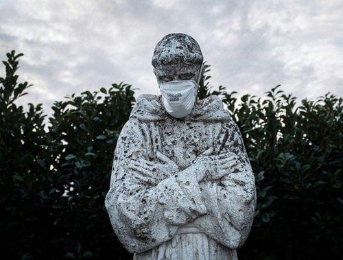 Những bức tượng nổi tiếng thế giới… đeo khẩu trang phòng dịch Covid-19