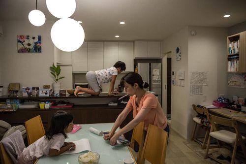 Phụ nữ Hàn mệt mỏi vì nấu nướng, việc nhà chất đống vào mùa dịch
