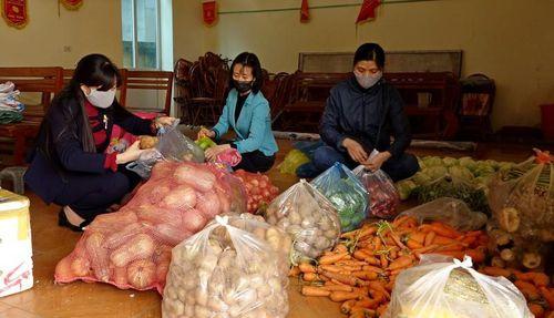 Nông dân Sơn Tây ủng hộ thực phẩm cho tuyến đầu chống dịch