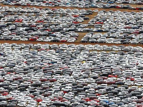 Ôtô ở Mỹ ế khách, nằm la liệt tại bãi