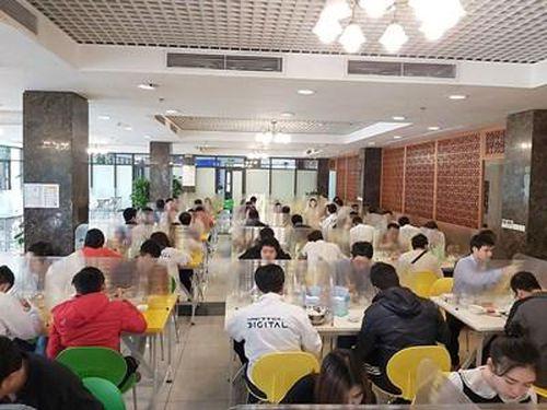Sử dụng vách ngăn trên bàn ăn để phòng chống dịch Covid-19 ở Học viện Viettel