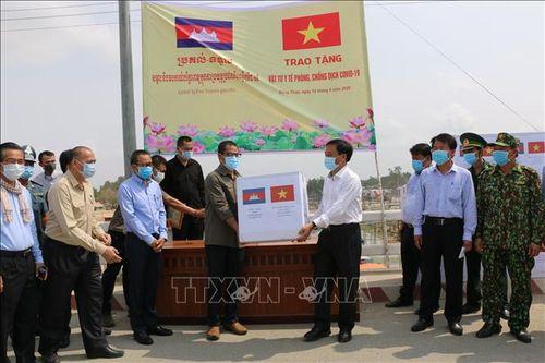 Hỗ trợ tỉnh Pray Veng (Campuchia) vật tư y tế phòng, chống dịch COVID-19