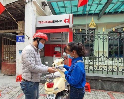 Thanh niên Hải Phòng nhắc người dân giữ khoảng cách, rửa tay sát khuẩn tại cây ATM