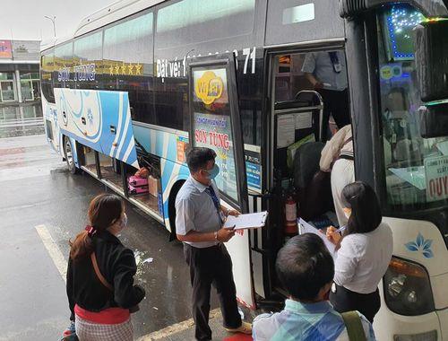 Bến xe Đà Nẵng đón khách trở lại trong ngày mưa tầm tã