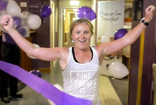 Chạy marathon trong khách sạn để quyên tiền ủng hộ NHS