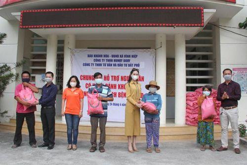 Báo Khánh Hòa và các nhà tài trợ tặng 200 suất quà cho các gia đình khó khăn ở xã Vĩnh Hiệp, TP. Nha Trang