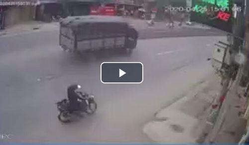 Ông kéo hàng bị đâm đập đầu xuống đường, dân mạng nổ ra tranh cãi