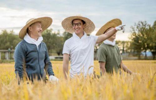 Nghệ sĩ Trung Quốc kiếm hàng triệu USD nhờ nuôi gà, trồng lúa