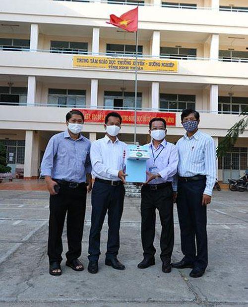 Trường Cao đẳng Nghề Ninh Thuận tặng máy rửa tay sát khuẩn tự động cho các trường học