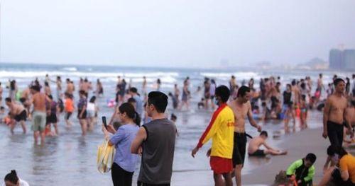 Dòng người tấp nập tắm biển Đà Nẵng dịp Lễ 30-4, 1-5