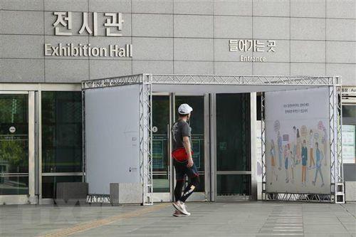 Hàn Quốc mở lại điểm văn hóa công cộng, tăng cách ly người nhập cảnh