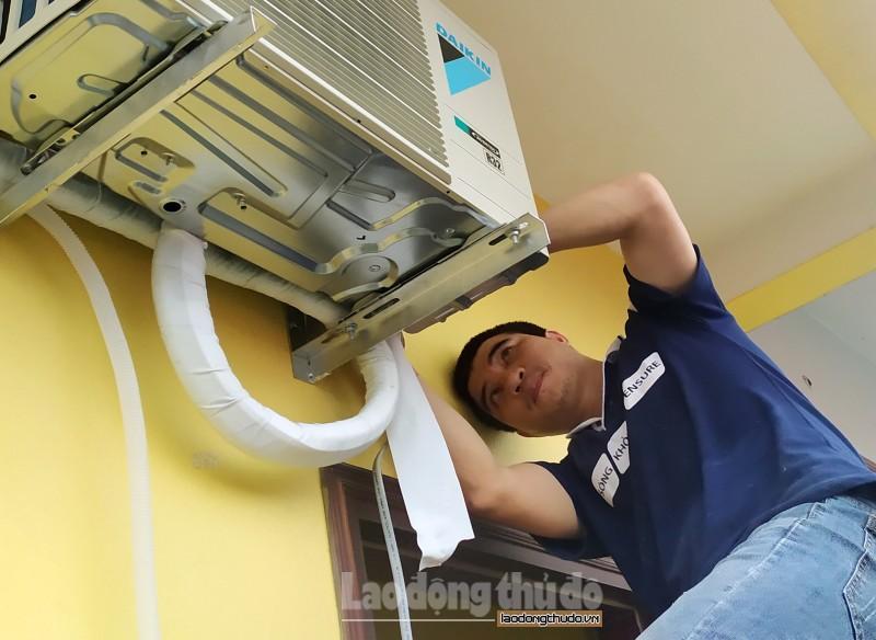 Hà Nội: Thợ lắp điều hòa kiếm tiền triệu mỗi ngày