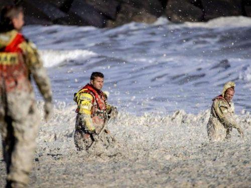 Bọt biển dày gần 1 m khiến 5 người lướt sóng chết thảm