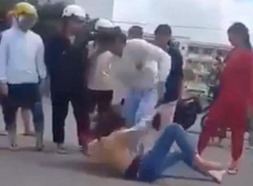 Clip cô gái 18 tuổi bị nhóm người lên gối, đánh tới tấp: Nạn nhân nhiều lần bị hành hung