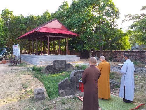 Một Phật tử cải táng mộ ông bà, cúng đất cho chùa