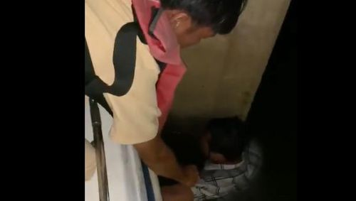 Giận vợ nhảy xuống kênh không bơi được vào bờ, bám trụ cầu chờ cảnh sát cứu