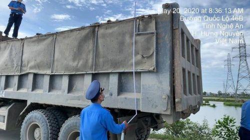 Loạt xe gắn logo 'lạ' chở đất có ngọn ở Nghệ An bị phạt hơn 87 triệu đồng