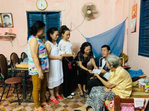 Tặng quà cho bà Nguyễn Thị Mến và ông Nguyễn Văn Lịch