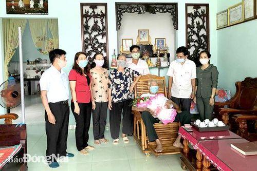Trao huy hiệu 60 năm tuổi Đảng cho đồng chí Nguyễn Công Chảo