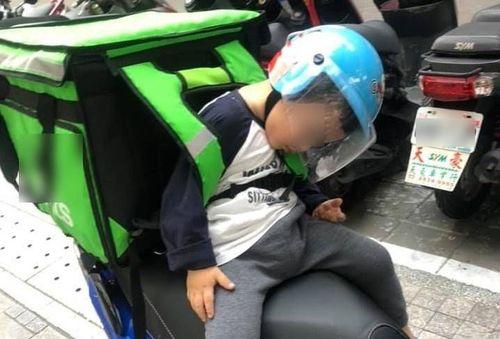 Em bé ngủ gật trên xe khi cùng bố đi ship hàng khiến dân mạng xúc động